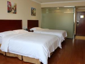 Кровать или кровати в номере GreenTree Inn Shandong Yantai Laiyang Center Bus Station Express Hotel