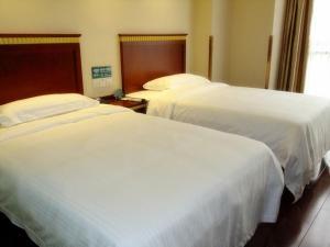 Кровать или кровати в номере GreenTree Inn ShanDong YanTai FuShan District YongDa Street Express Hotel