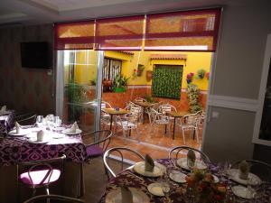 Un restaurante o sitio para comer en Hostal Calderon de la Barca