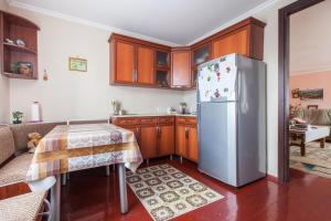 Кухня или мини-кухня в Nino Shavhaleti Guest House