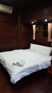 เตียงในห้องที่ เรือนไม้ชายคลอง