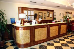 O saguão ou recepção de Hotel Regit