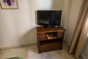 A television and/or entertainment center at Apartamentos Caballero de Gracia