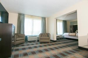 A seating area at Wingate By Wyndham - Orlando International Airport