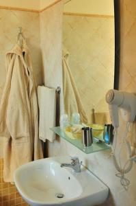 A bathroom at Hotel Castello Budoni