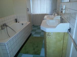 Salle de bains dans l'établissement Le Chapitre 1