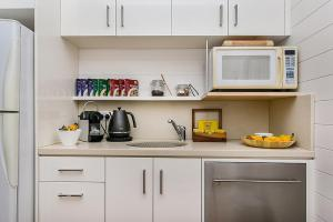 A kitchen or kitchenette at Byron Bathers