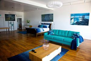 A seating area at Penguin Beachfront Apartments