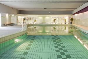 Het zwembad bij of vlak bij Holiday Inn Leiden, an IHG Hotel
