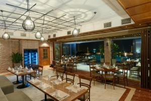 A restaurant or other place to eat at Royal Hotel Thessaloniki