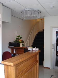 De lobby of receptie bij Hotel Keistad