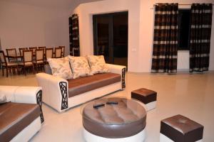 A seating area at Villadzor Apart Hotel