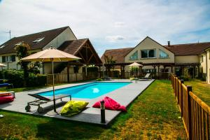 The swimming pool at or close to Best Western Amarys Rambouillet