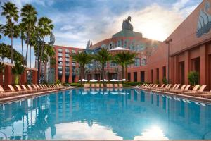 The swimming pool at or close to Walt Disney World Swan