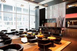 The lounge or bar area at Le Germain Hotel Maple Leaf Square