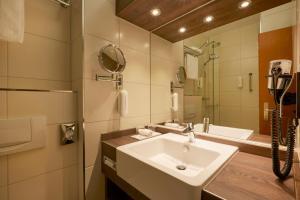 A bathroom at H+ Hotel Nürnberg