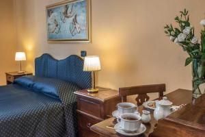 A bed or beds in a room at Hotel Caracciolo