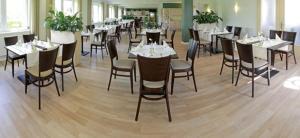 Ein Restaurant oder anderes Speiselokal in der Unterkunft Hotel Falkenhagen