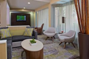 A seating area at Courtyard Orlando International Drive/Convention Center