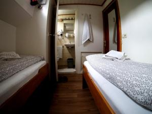 A bed or beds in a room at Hotelboat Allure