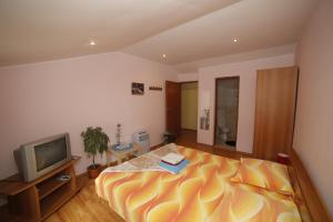 A bed or beds in a room at Pension Casa Anadam