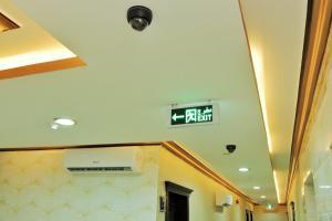 Uma TV ou centro de entretenimento em Natwan Furnished unites