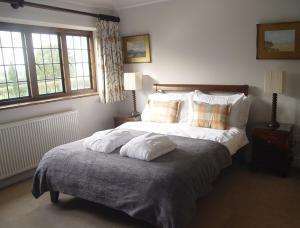 A bed or beds in a room at Pinkneys Court Mews