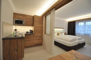 A kitchen or kitchenette at Snooze Apartments
