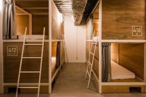 Tempat tidur susun dalam kamar di Bunka Hostel Tokyo