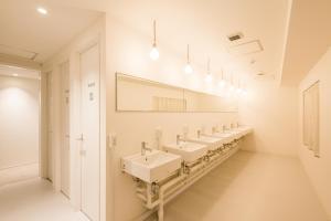 Kamar mandi di Bunka Hostel Tokyo