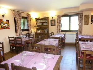 Un restaurante o sitio para comer en Hostal Parque Natural