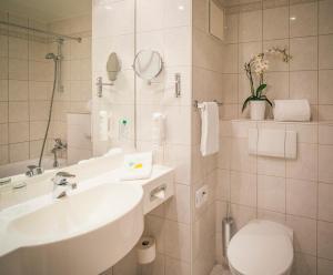 A bathroom at Vienna House Easy Coburg