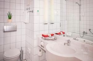 A bathroom at Vienna House Easy Limburg