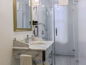A bathroom at Meroddi Pera Flats