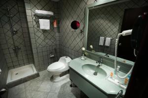 Um banheiro em Howard Johnson Dammam Hotel
