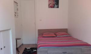 A bed or beds in a room at L'appartement d'Aymar