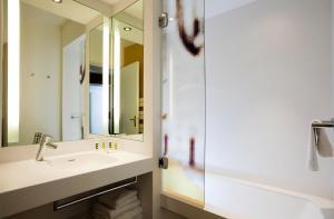 A bathroom at Mercure Avignon Centre Palais des Papes
