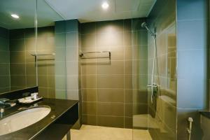 A bathroom at Moon Dragon Hotel