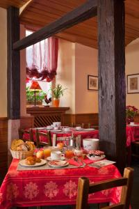 A restaurant or other place to eat at Hôtel De La Tour