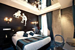 A bed or beds in a room at Maison Albar Hotels Le Champs-Elysées