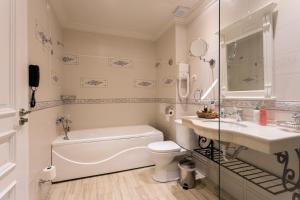 A bathroom at Therma Palace - Mineral Pool & Luxury Restaurant