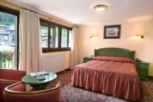 A bed or beds in a room at Rutllan & Spa