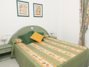 A bed or beds in a room at Turquesa Beach Unitursa