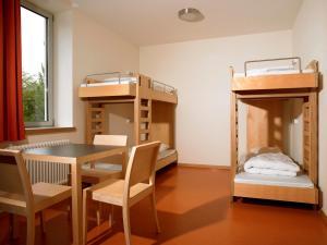 Uma ou mais camas em beliche em um quarto em Youth Hostel Luxembourg City