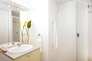 A bathroom at Séjours & Affaires Rennes Villa Camilla