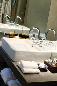 A bathroom at Hotel Château Des Alpilles