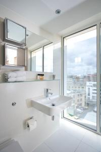 A bathroom at The Rosebery by Supercity Aparthotels