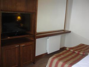 A television and/or entertainment centre at Flat Gramado Alpen