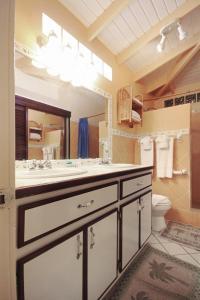 A bathroom at Mary's Boon Beach Plantation Resort & Spa