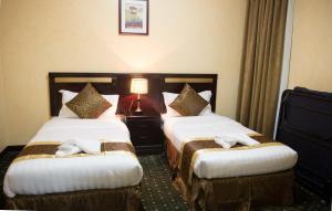 Cama ou camas em um quarto em Massara House Al Khobar
